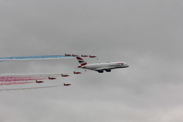 Flyby van de eerste British Airways A380 samen met The Red Arrows