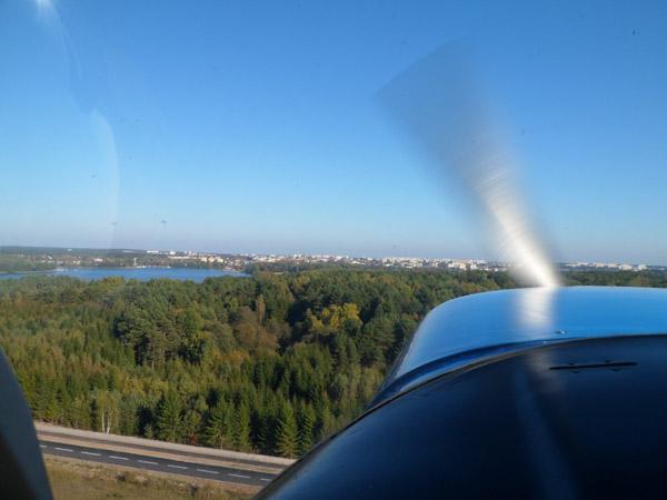 Laag over de bomen na takeoff vanaf Olsztyn.