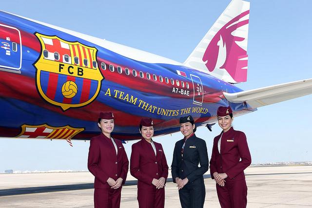 qatar airways tooit 777 in kleuren fc barcelona