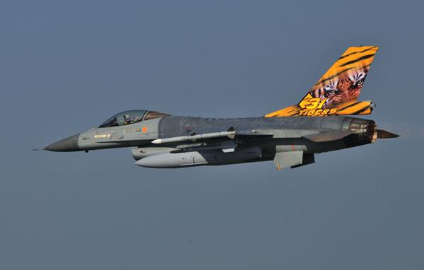 Een F-16AM van 31 smaldeel showt haar tiger art.